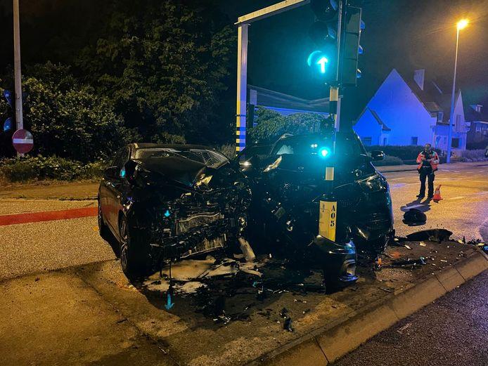 Beide voertuigen raakten vooraan zwaar beschadigd bij een ongeval op de Pottelberg in Kortrijk.