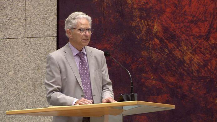 Gary Yanover spreekt de Tweede Kamer toe.
