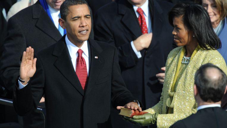 Obama wordt voor de eerste keer ingezworen, met zijn hand op de bijbel van Lincoln. Beeld AFP