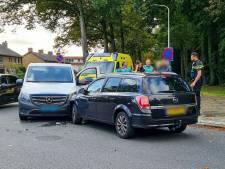 Auto en taxibusje botsen frontaal tegen elkaar in Enschede