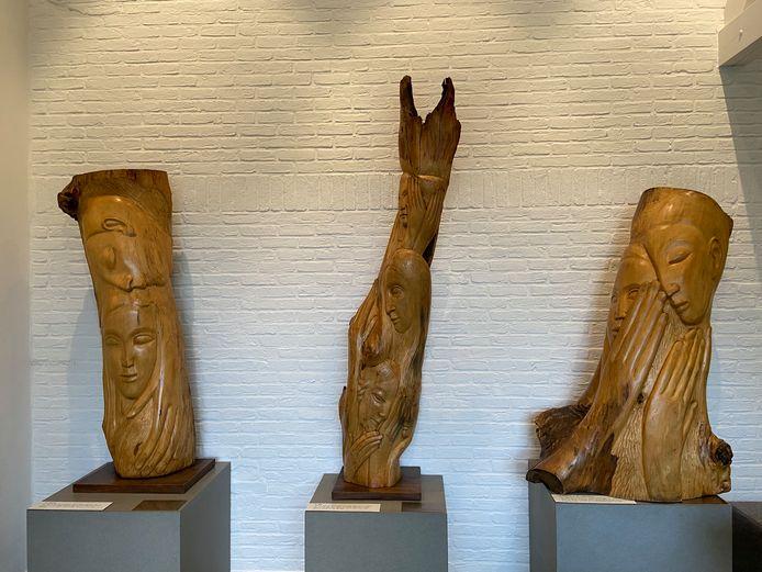 Mariëtte beeldhouwde uit de takken van de lindeboom het verhaal van De Loteling in zeven episodes