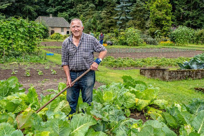 Piet Brands (83) is al 65 jaar vrijwilliger in de tuin van het Emmaüsklooster in Velp (N-Br).