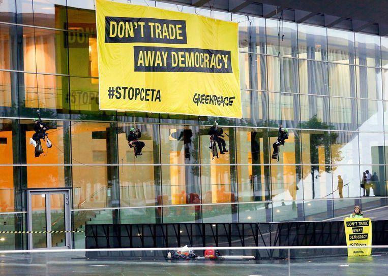 Greenpeace voert in Luxemburg actie tegen het akkoord. De ngo-sector kant zich ook tegen CETA.  Beeld EPA