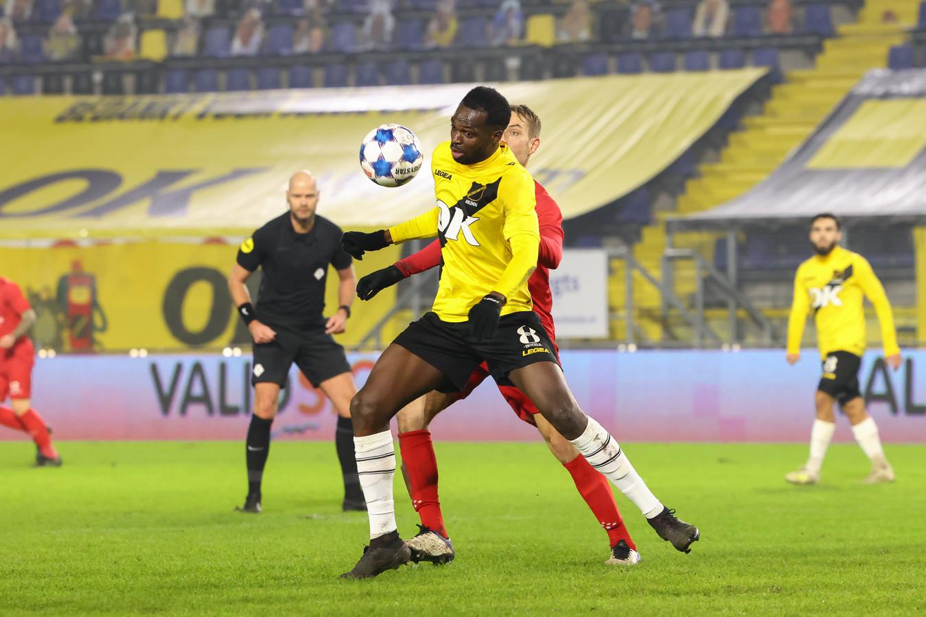 Moïse Adiléhou schermt de bal af.
