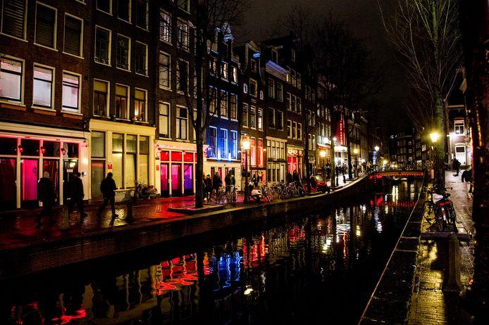 Op de Amsterdamse Wallen hebben wandelaars de meeste ruimte. Foto ANP