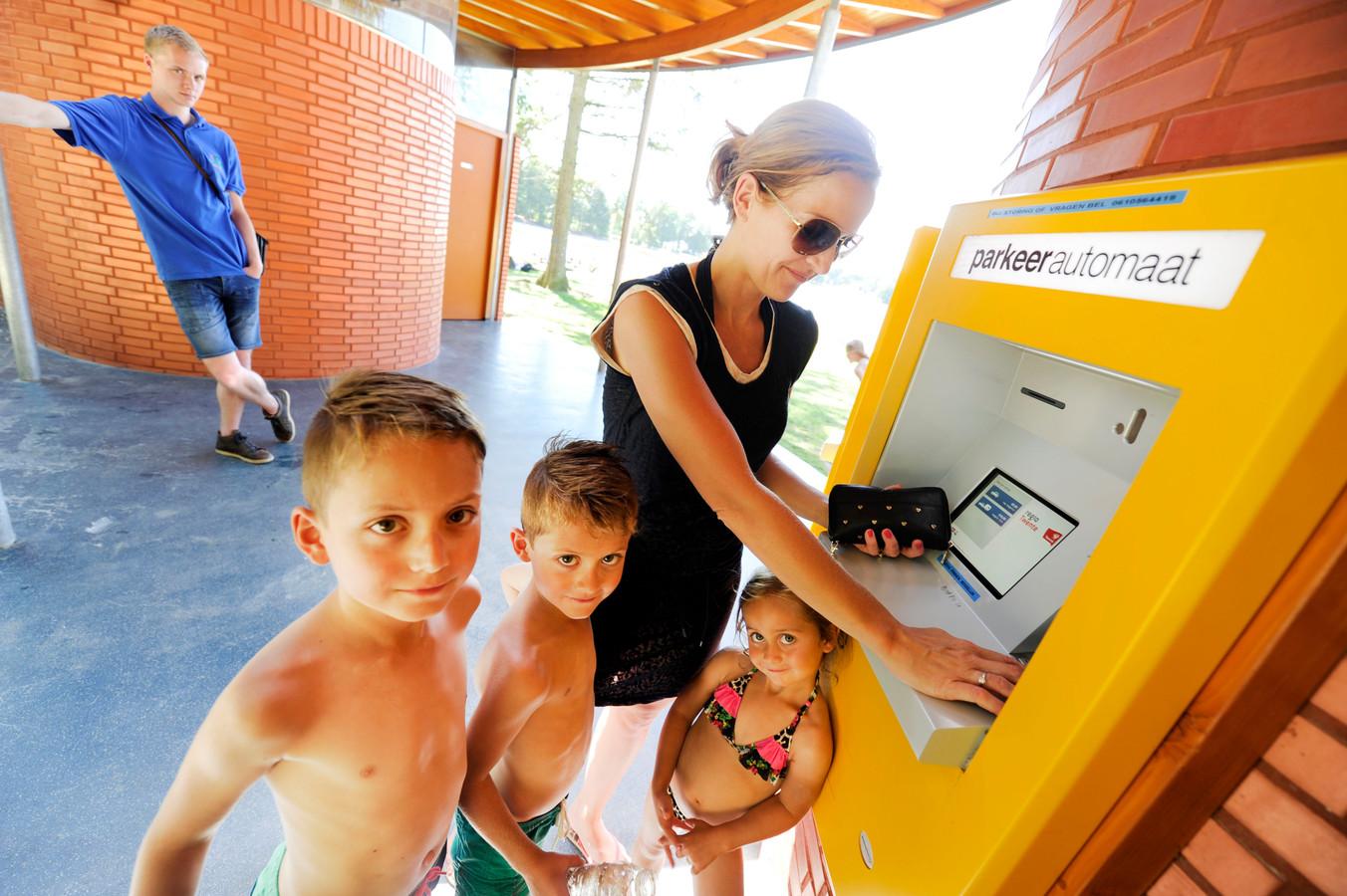Bezoekers van het Hulsbeek zonder parkeerpas betalen bij parkeerautomaat. Als ze vaak komen zijn ze duur uit, vergeleken met de parkeerpas.