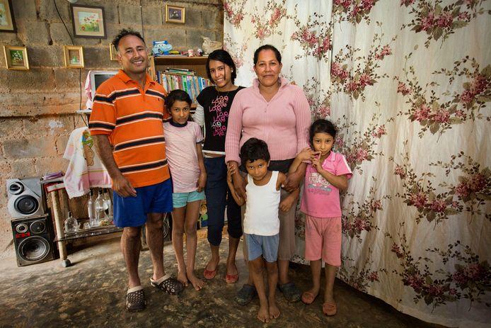 Alicia en Rigoberto hebben vier kinderen en redden zich aardig, omdat hij werk heeft als bewaker. Ze zitten wel al jaren zonder stromend water en bidden dat er niemand ziek wordt. Rigoberto denkt na over weggaan, maar wil zijn kinderen niet achterlaten.