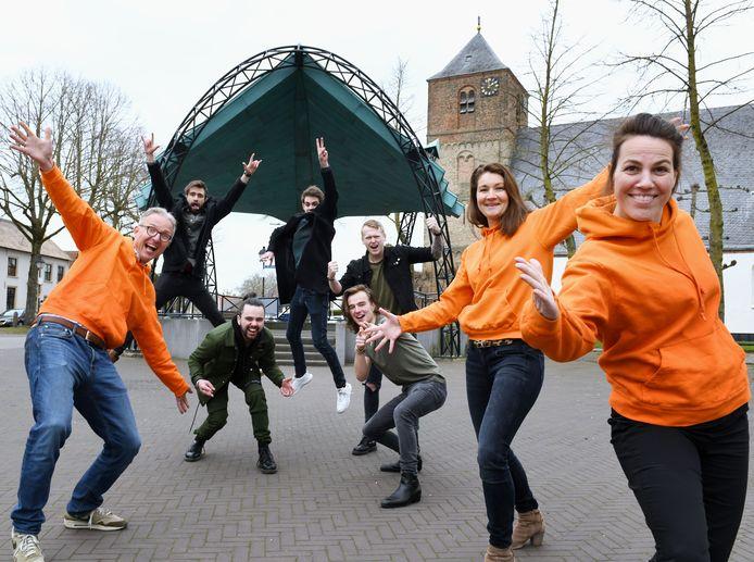 De jongens van The Rivals op de Markt in Beusichem omlijst door het bestuur van de Oranjevereniging. V.l.n.r. Joost Goeree, Jolein de Bruin en Annemiek Noordam