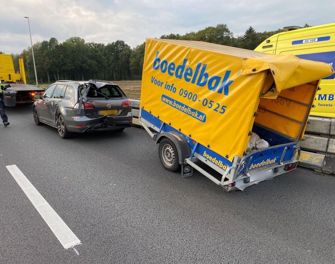 Het ongeluk op de A1 zorgde voor flinke schade bij deze betrokken auto.