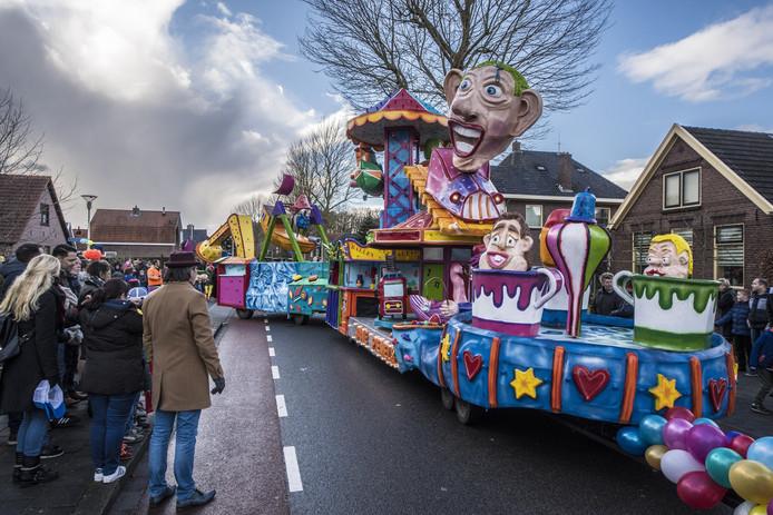 De winnende wagen van carnavalsvereniging de Saaie Piemels.