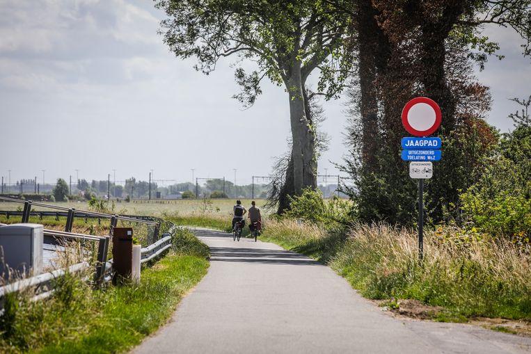 Het jaagpad tussen Oudenburg en Stalhille wordt vernieuwd omdat het wegdek op verschillende plaatsen omhoog komt.