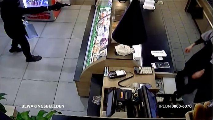 Een van de camerabeelden van de gewapende overval die op maart werd gepleegd op een snackbar aan het Paletplein in Tilburg. Na een uitzending van Bureau Brabant kon de politie beide 15-jarige overvallers aanhouden.