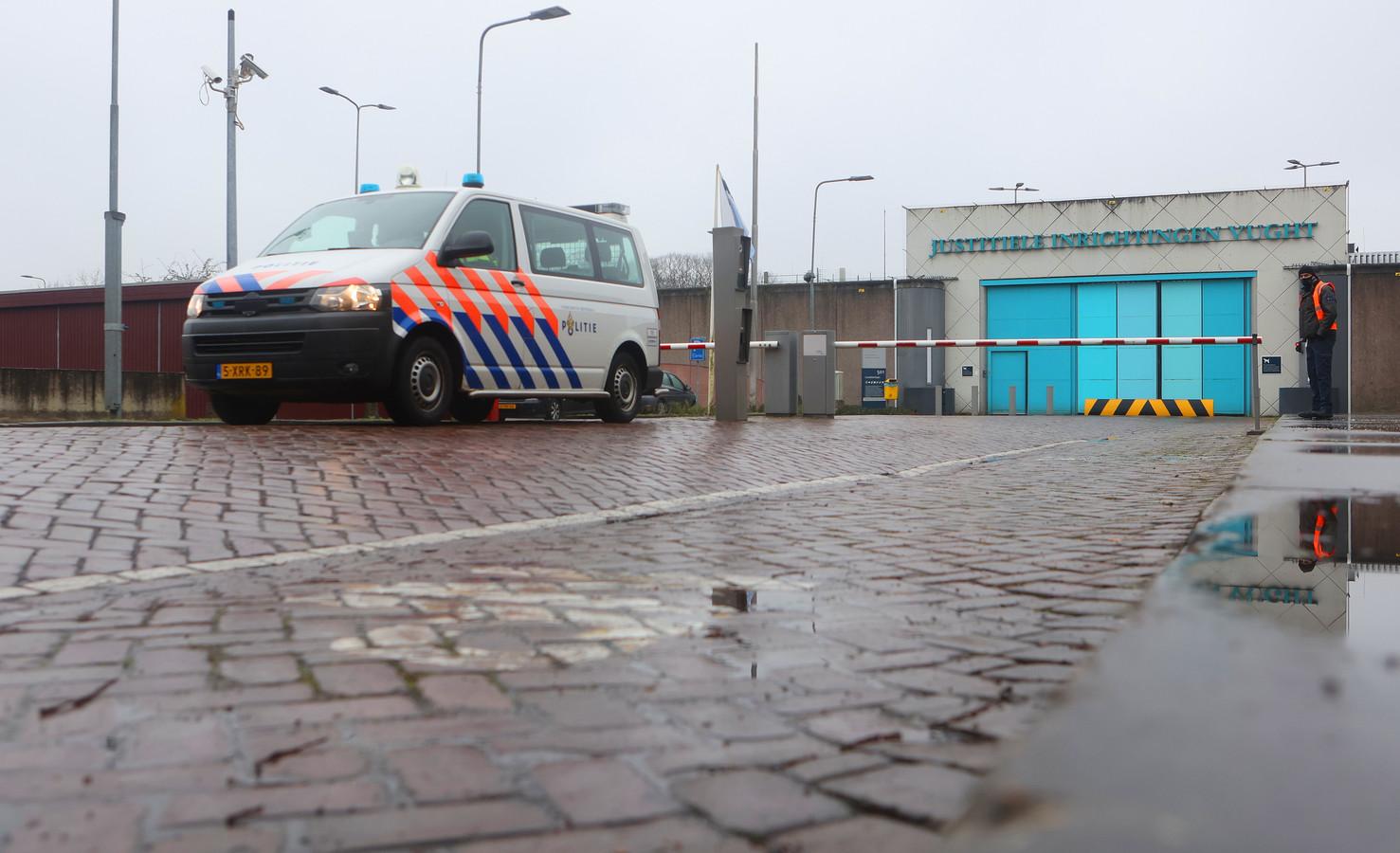 Een medewerker van de PI Vught is zondag mishandeld door een gevangene.