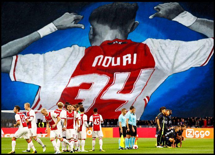 Als eerbetoon aan Abdelhak Nouri een spandoek in de arena voorafgaand aan het duel met OGC Nice.