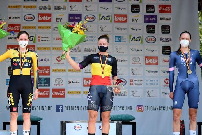 Het podium bij de vrouwen van het BK tijdrijden met van links naar rechts Julie Van de Velde, kampioene Lotte Kopecky en Julie De Wilde, de verrassende derde.