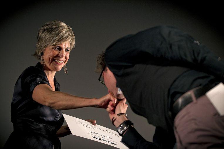 Prinses Laurentien krijgt een handkus van regisseur Wiebe van den Ende nadat zij dinsdagavond de prijs heeft uitgereikt voor Beste (korte) Film uit aan VOX Scripta. Beeld anp