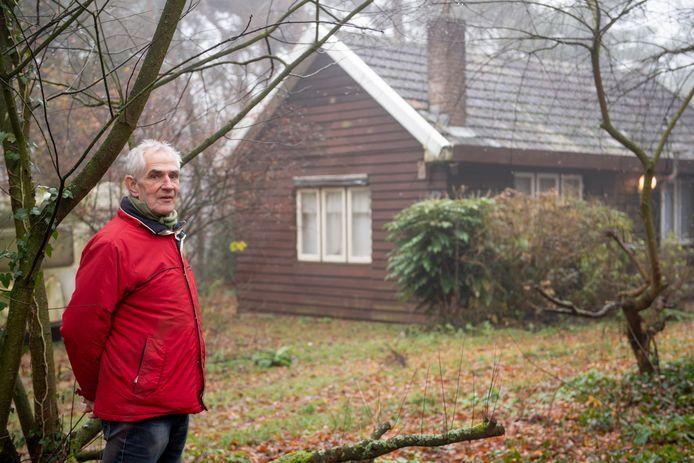 Johan Alferink van de Historische Kring Hellendoorn-Nijverdal in het bos bij Nijverdal waar vier Joodse meisjes en verzetsheld Jaap Musch zaten ondergedoken.