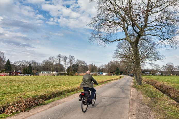 De doodlopende Seterseweg is de enige toegangsweg voor camping De Eekhoorn (achtergrond). Volgens omwonenden wordt er veel te hard gereden over de smalle weg.