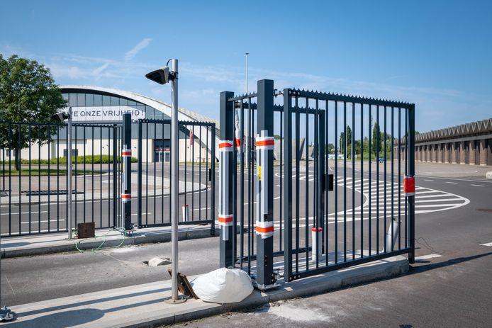 Aan de ingang van de  Nekkerhal werd een nieuwe omheining met poort geplaatst
