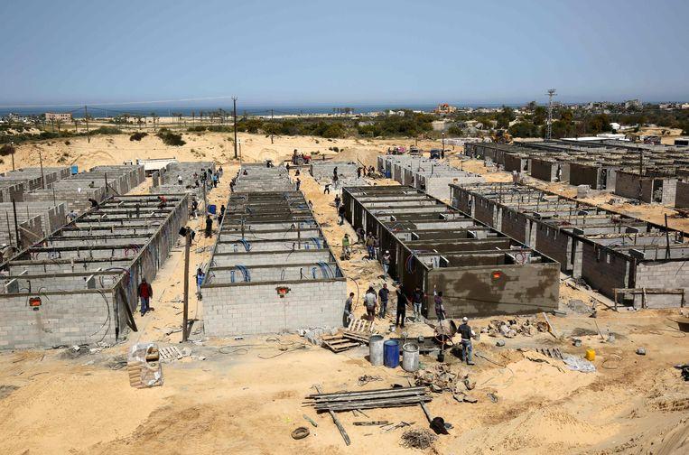 Een noodziekenhuis voor coronapatiënten in aanbouw in Gaza.  Beeld AFP