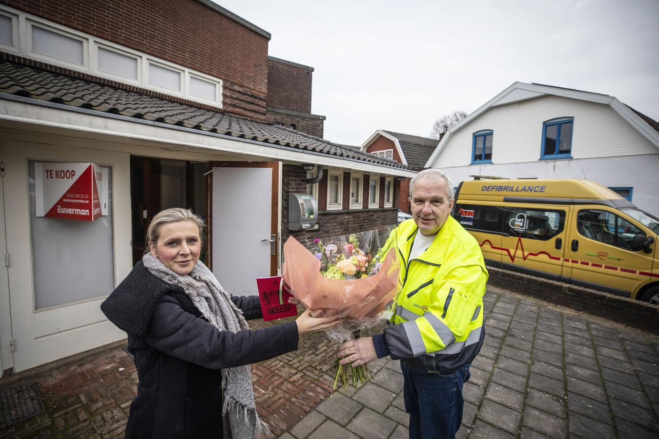 Bloemen van Henk Poort voor fractievoorzitter Seviye van Wier-Koca voor haar inzet in de gemeenteraad om te komen tot een sluitend netwerk van aed's.