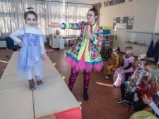 Schoolcarnaval in coronatijd: in Gennep showen de kinderen hun 'pekske' op een catwalk van tafels