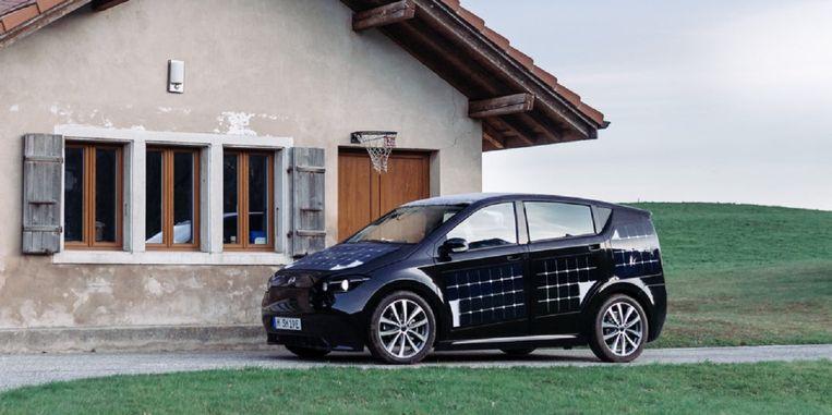 De Sion van Sono Motors krijgt een batterij van zo'n 40 kWh en rondom zonnepanelen. De prijs moet rond de 20.000 euro uitkomen. Nu maar hopen dat die batterij ook voor thuisopslag te gebruiken zal zijn. Beeld Sono Motors