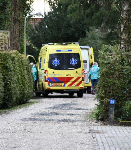 Man valt in Den Ham door dak van bungalow: met spoed naar ziekenhuis