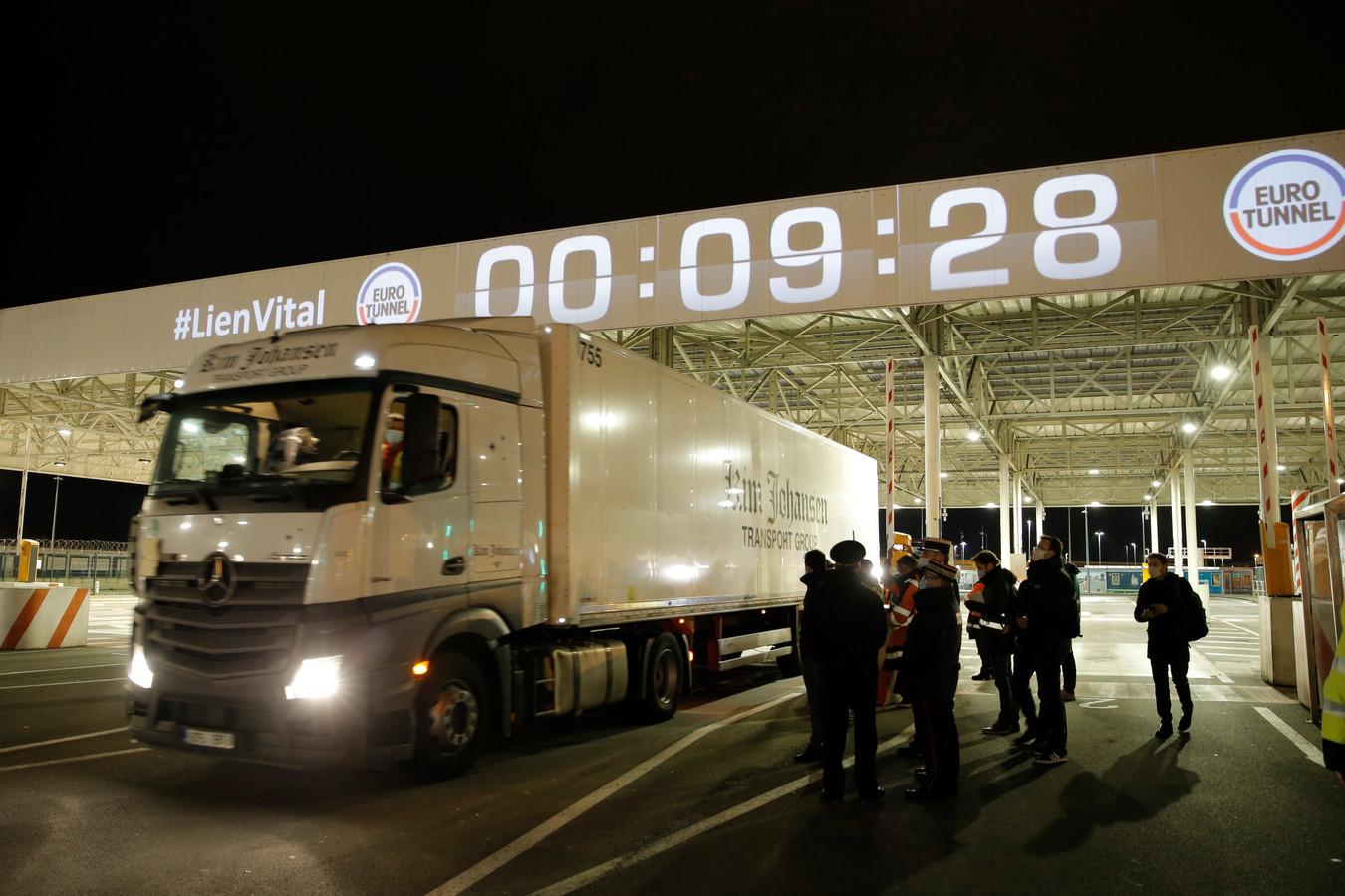 Kort na middernacht rijdt de eerste truck uit Estland de terminal van de Eurotunnel op om aan boord te gaan van de trein die door de Kanaaltunnel rijdt.