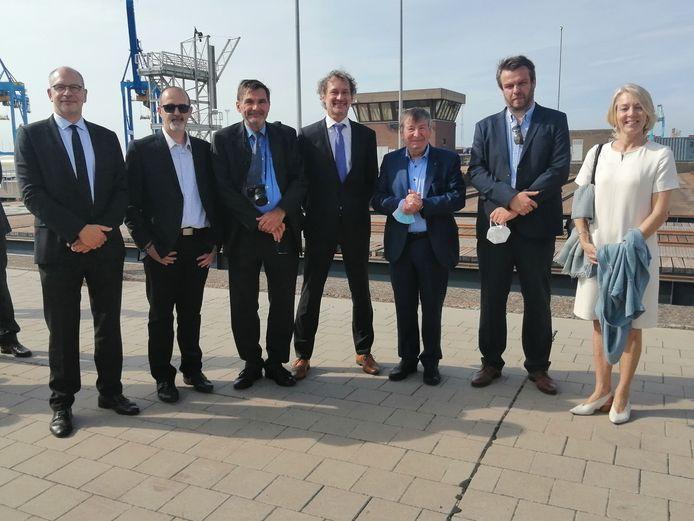 Burgemeester Luc De Ryck (derde van rechts) woonde als vertegenwoordiger van Temse, peter van het schip, de plechtigheid in Zeebrugge bij.