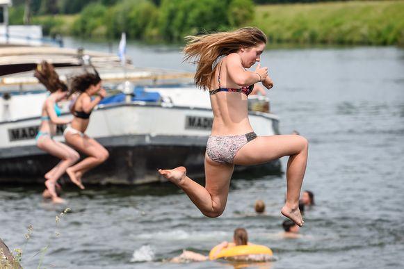 Zwemmen in waterlopen, kanalen en rivieren is verboden.