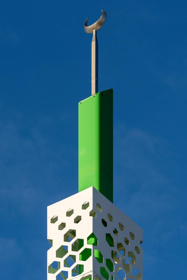 De subtiele minaret, net als de rest van het gebouw in de kleuren wit en groen.