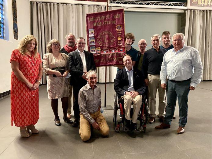 Een delegatie van Lions Club Minerva Zoersel, die 18 ton hulpgoederen inzamelde voor Wallonië. Helemaal rechts: voorzitter Oswald Vansintejan. Links naast vlag: initiatiefnemer Daniel Van Themsche