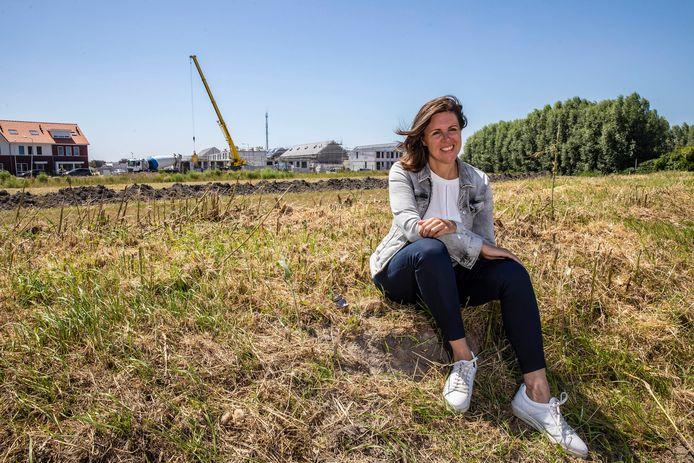 Astrid Vreugdenhil met op de achtergrond de verrijzende nieuwbouwwijk Dijckerwaal.
