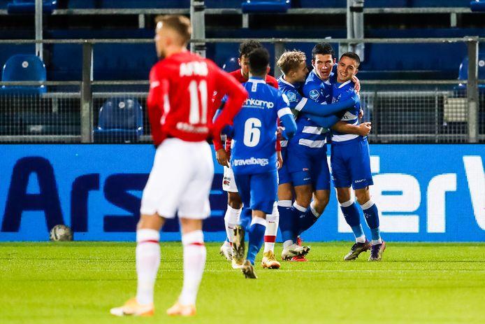 PEC Zwolle juicht na de vroege openingstreffer tegen AZ, dat duur puntenverlies lijdt in Zwolle.