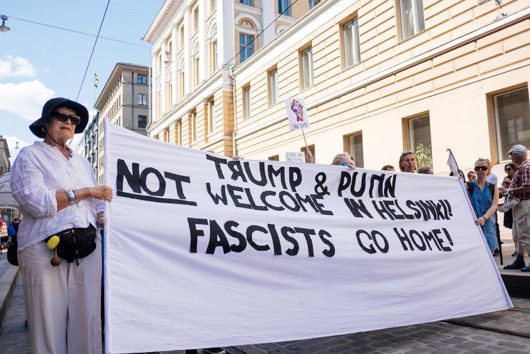 Betogers in Helsinki tonen hun afkeer van beide hoge gasten.  Beeld AFP