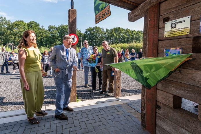 Dierentuin ZieZoo heeft een nieuw gebouw geopend, in samenwerking met het Regionaal AutismeCentrum; met ruimte voor dagbesteding voor mensen met autisme, maar ook gewoon voor de dierenarts. Burgemeester Henk Hellegers onthult een plaquette.