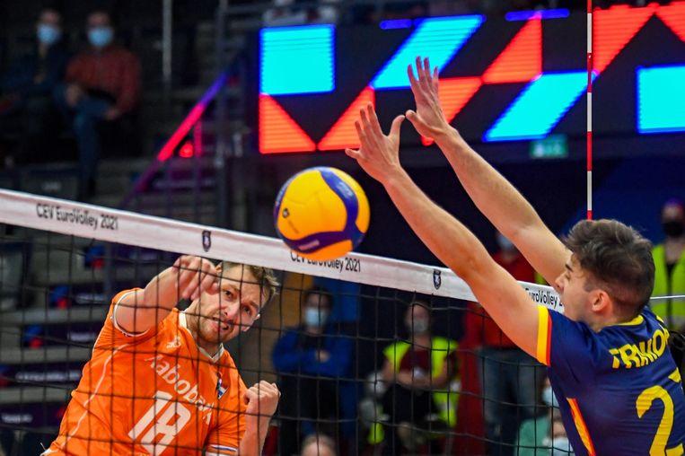 Robbert Andringa in de aanval op het Europees kampioenschap in de poulewedstrijd tegen Spanje; Angel Trinidad De Haro (r) probeert te blokken.  Beeld EPA