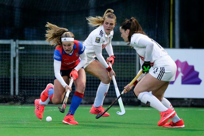 Pien Dicke (links) geconcentreerd aan de bal tegen Amsterdam.