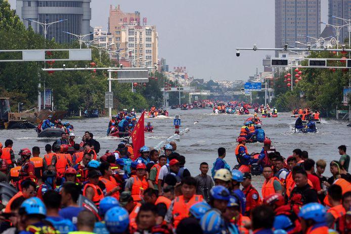 Des habitants sont évacués à Weihui, une ville de la province du Henan en Chine, le 26 juillet 2021.