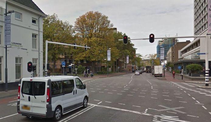 Vestdijk ter hoogte van kruising Ten Hagestraat - Kanaalstraat waar automobilisten straks niet meer rechtdoor mogen rijden.