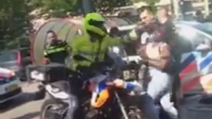 Een motoragent gaf eerder deze week een vrouw een klap in haar gezicht. Beelden van het incident belandden vervolgens op internet.