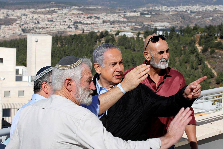 Israëlisch premier Benjamin Netanyahu (tweede van rechts) ontmoet Joodse kolonisten van de nederzetting Alon Shvut, op de Westbank.  Beeld EPA