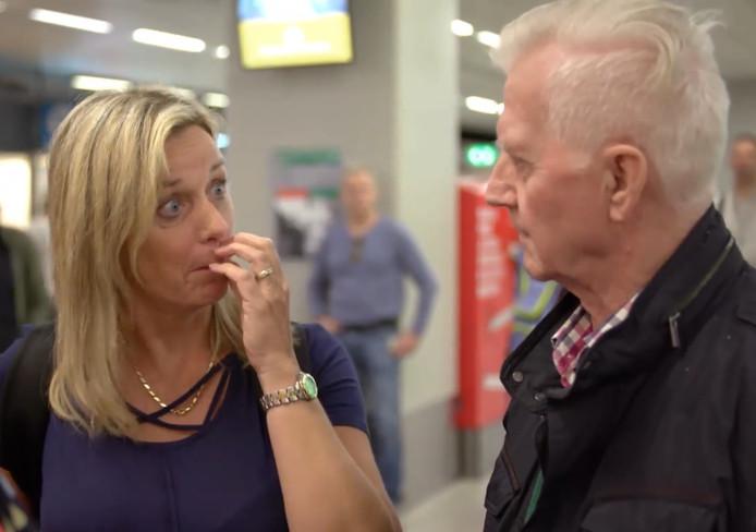 De ontmoeting tussen vader en dochter op Schiphol.