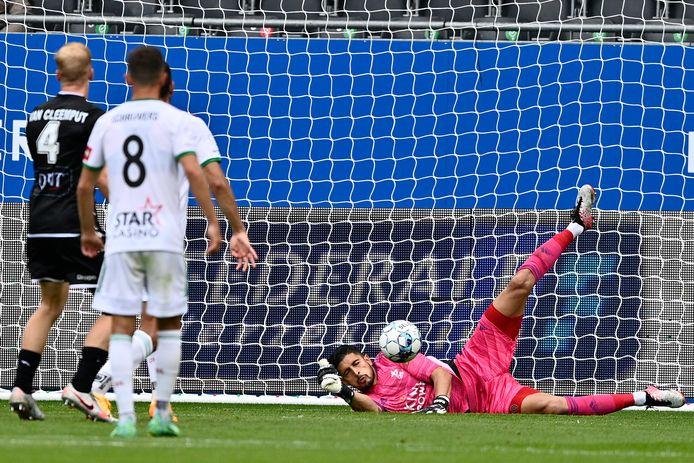 OH Leuven-doelman Rafael Romo brengt redding.