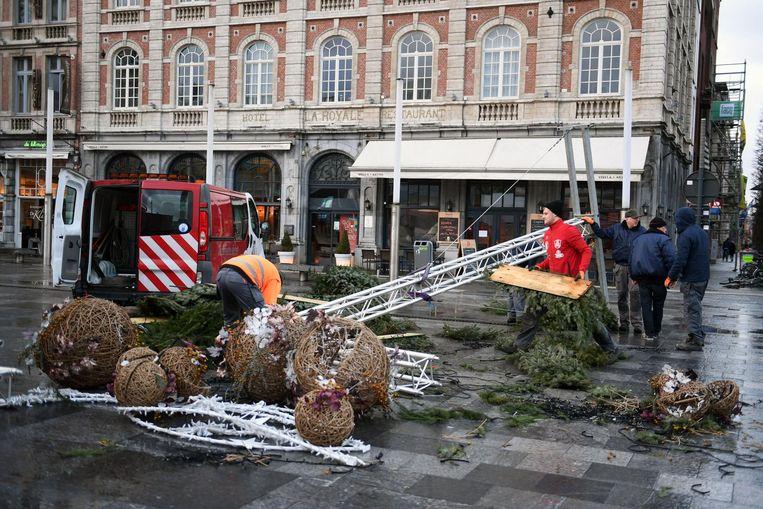 Op het Martelarenplein aan het Leuvense station waaide een kerstboog om.