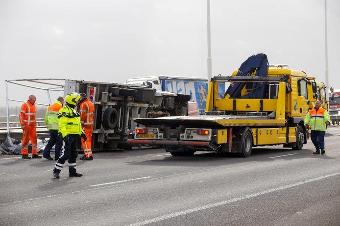 Op de Moerdijkbrug, A16 richting Breda, is donderdagochtend een busje omgewaaid. Het KNMI heeft donderdag code geel afgegeven in heel Nederland.