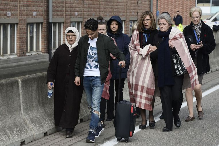 Mensen zijn geëvacueerd van de Brusselse luchthaven, waar twee explosies plaatsvonden in de vertrekhal. Beeld afp