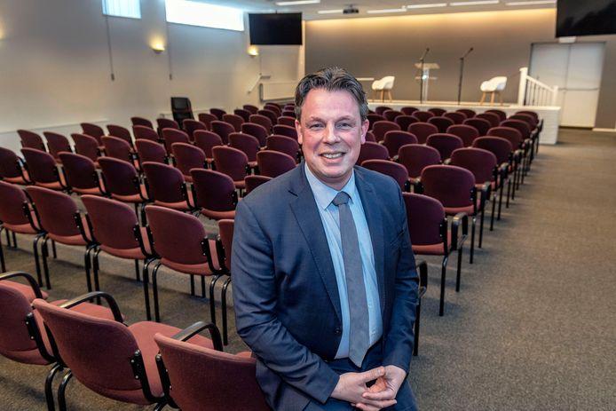 Maurice Jansen in de Koninkrijkszaal in Bergen op Zoom. Hij is woordvoerder van de Jehovah's Getuigen voor de regio Zeeland, West-Brabant en Zuid-Holland.