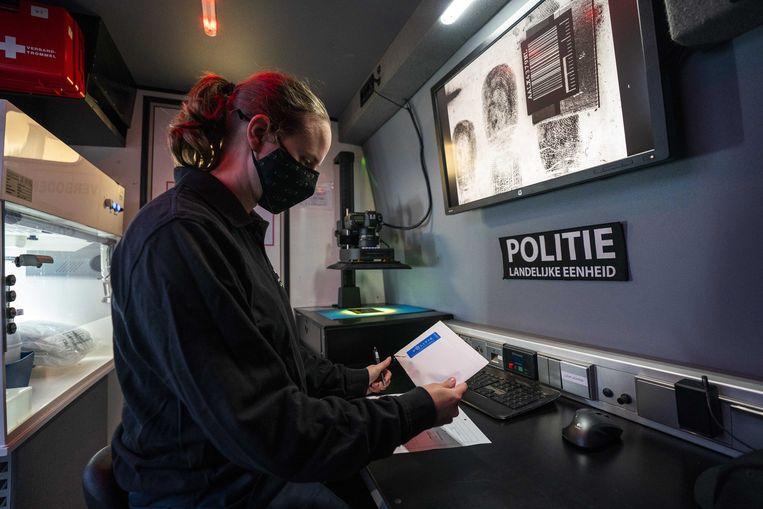 Door met een busje, ingericht als rijdend forensisch laboratorium, naar de plek van een misdrijf te rijden, kan ter plekke direct een klein aantal dna-sporen worden omgezet in data, die direct naar het Nederlands Forensisch Instituut (NFI) worden gezonden voor analyse. De foto is in november 2020 gemaakt tijdens een experiment van politie en het NFI. Beeld ANP
